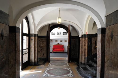 Niederdeutsche Bühne Kiel - Eingangsbereich - Rotes Sofa